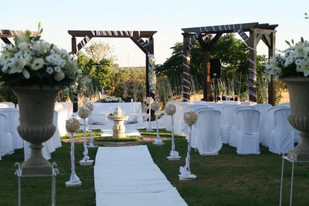 Pin de pergolas para bodas alquiler arcos con flores for Alquiler decoracion bodas